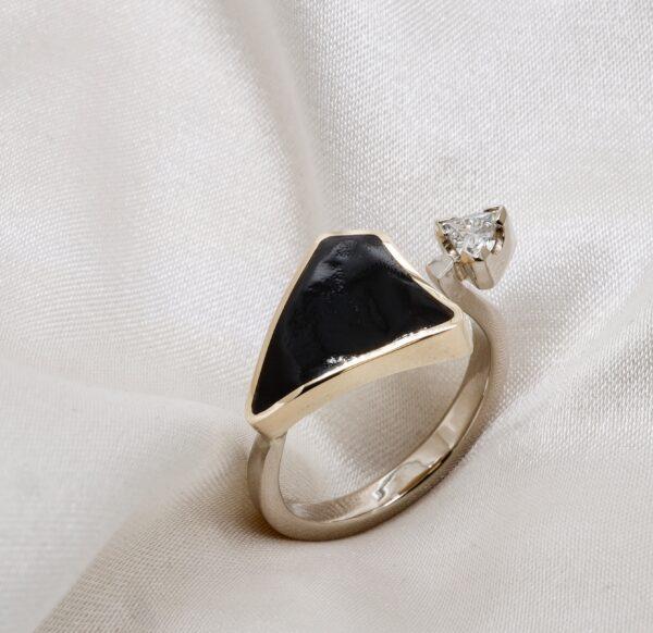 Ring m/ korall og diamant